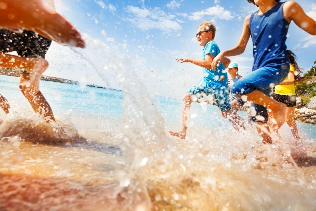 Enfants courant sur la plage